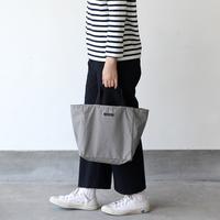 カジュアル派におすすめの「ナイロントートバッグ」。大人コーデに合わせるコツは?