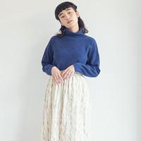 装いを軽やかに。秋冬の着こなしは【ホワイトのふんわりスカート】で見違える