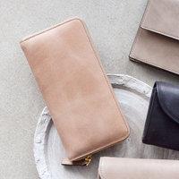 ひかえめと上品さが叶う、大人の『ベージュ財布』を見つけませんか?