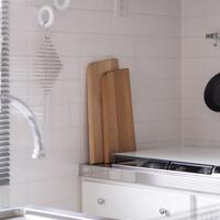 どこに置くのが正解?キッチンをスッキリ見せる【まな板】の収納アイデア