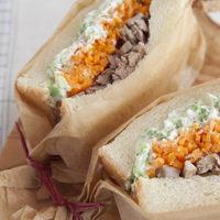 外で食べるご飯は格別*ピクニックに最適な「サンドイッチ&おにぎり」レシピ集