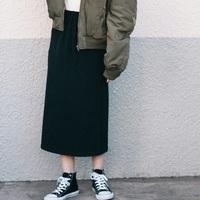 コーデにメリハリを付ける『黒タイトスカート』のスマートな着こなし