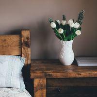 お部屋に春を呼び込もう!空間も気持ちもあたたかく包んでくれる【お花の飾り方】