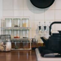 スッキリ見えて機能的!小さなキッチンは『ガスコンロ周り』を賢く使おう
