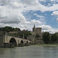 城壁に囲まれた南フランスの美しい都市…アヴィニョンでそぞろ歩きを楽しみませんか?