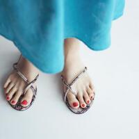 夏らしく涼しげな足元に。おしゃれな「トングサンダル」で装いをアップデート