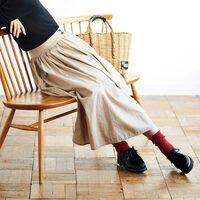 シックな秋冬コーデに映える差し色。「赤小物」を使ったおしゃれな着こなし