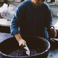 誰もが惹かれる日本の伝統美。【藍染め】の歴史と染め方のこと