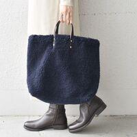 バッグにも季節感を。シックな装いに馴染む「秋冬カラーのトートバッグ」