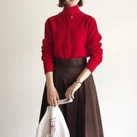 冬のファッションは視覚からほっこり、あたたかく。クリーム色のニットと赤ニット