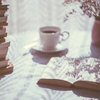 コーヒーを片手に読みふける。ひとり時間のお供に読みたい本7選