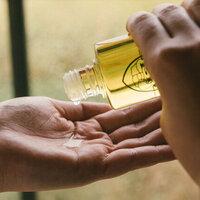 髪と肌をしっとり艶やかに。「椿オイル」の使い方&おすすめ10選