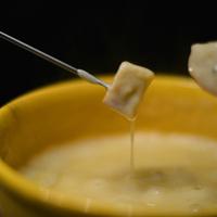 意外と簡単!とろ~り美味しい『チーズフォンデュ』の作り方&おすすめ具材