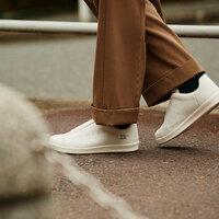 暮らしに馴染む「ムーンスター810s」のスニーカーで毎日の一歩を快適に。