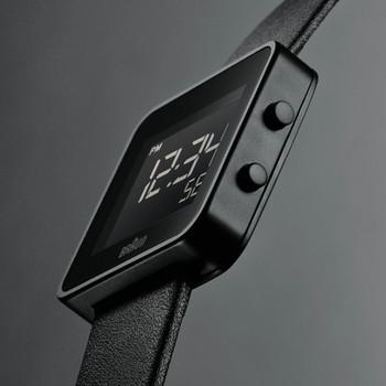 正方形のデジタル時計。
