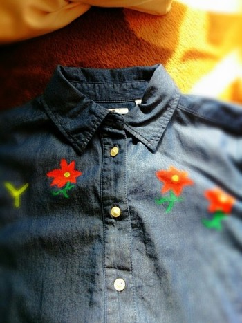 ユニクロのシャツにアクリル絵の具でペイント。  そのほかに、左胸に、ワンポイントの刺繍やワッペンをつけてもいいですね。