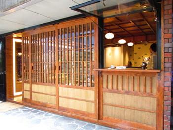 店内の入口です。右にある窓からテイクアウト用の注文ができます。