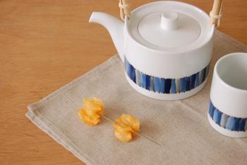 白磁に藍色、水色、グレーのキルト柄の土瓶と湯のみです。 どこか北欧っぽさを思わせる可愛いデザインです☆