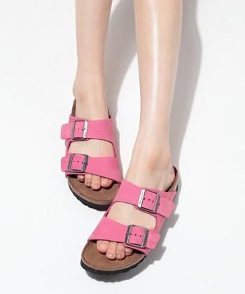 <アリゾナ ヌバックレザーピンク>  ピンクのしっかり太めな2つのベルトが印象的なサンダル。作りはしっかりだけど色が可愛らしいのでポップな一足。