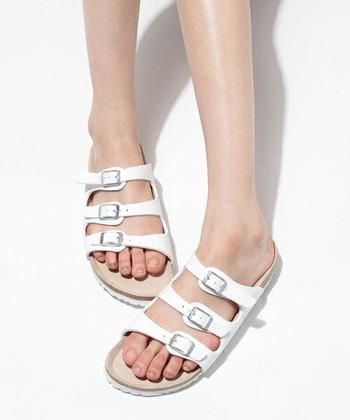 <フロリダ ホワイト>  細めの三連ベルトが華奢な印象を与えてくれるサンダル。夏はなんといっても白でしょう!