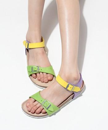 <ブラジル グリーン×イエロー×パープル>  なんと、指先にはグリーン、足首にはイエロー、かかとにはパープルと、3色が組み合わさっている、とってもキュートなサンダルです!