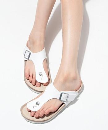 <ラムゼス ホワイト>  柔らかで太い曲線を描いたベルトが足の中心を走っているサンダル。足を華奢に見せてくれるから、女の子には嬉しい夏アイテムかも。