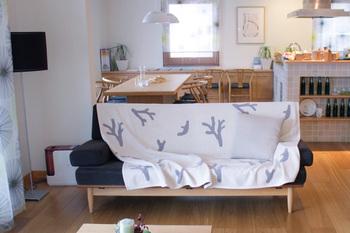 大切なソファーを使っていて汚さないか、気になりますよね。 ソファーにブランケットを敷くことで、汚れから守ってくれます♪ もちろん、ブランケットは洗濯機で簡単に洗えるので安心です!