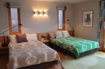 シングルサイズの大きなブランケットをベッドカバーとして使うことで、寝室がこんなにお洒落に♪ 寝心地も良さそうです。