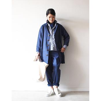 こちらは同じ青色でもお出掛けコーディネートですね♪ ジャケットも合わせて3枚で重ね着しています☆ 色がまとまっていて上品なところが素敵です。