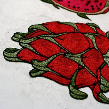 一針一針にこだわることで、デザインを立体的に仕上げ、また糸目が美しいツヤを生み出しています。繊細な刺繍に思わずウットリ。