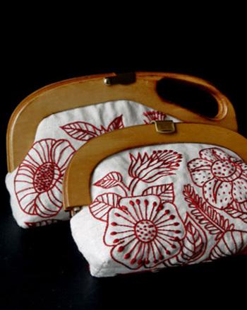 レトロな雰囲気のクラッチバッグ。