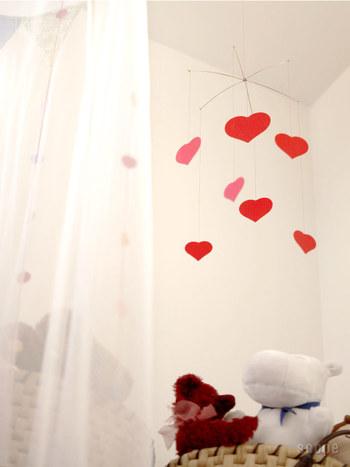 女の子の部屋にぴったり ハートのデザイン。 ゆらゆら揺れるととっても可愛いんです。