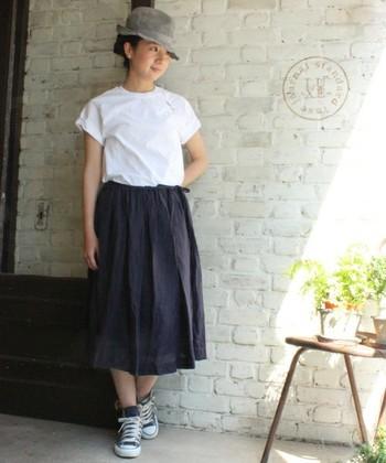 こちらはラミー素材シリーズのギャザースカート。 ワンピース同様さらりと涼しく、その着心地は抜群♪ ボリュームがあるように見えても、生地の軽さがそれをカバー。 また、サイズ感は調整可能なので、トップスに合わせて、すっきりともゆったりとも着こなせます。
