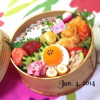お弁当の詰め方もかわいいお弁当ですね♪卵はピンセットで飾り付け。