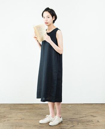 スタイリストの大橋利枝子さんが手掛けた、fog linen workのワンピースです。  シンプルなデザインは、合わせる小物によって表情が変わるので、自分らしいスタイルが作れます。