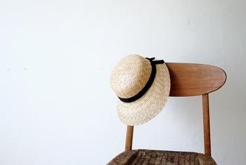 ひとつひとつ、日本の職人さんが手作りしているという、CLASKAの麦わら帽子。前後でツバの広さが異なり、レディライクな印象です。  ロングヘアーでもショートヘアーでも似合いそうですね。
