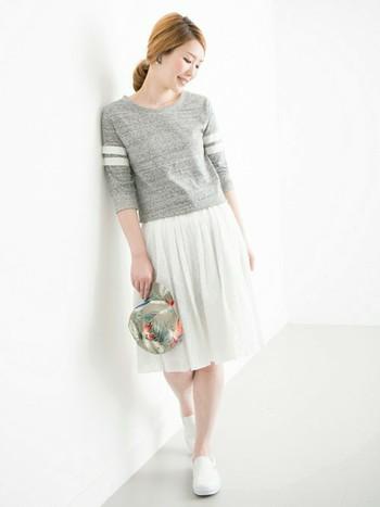 VANSのスリッポンは丸みがあるので、女性らしいふんわりシルエットのスカートにも合わせてもかわいいです。