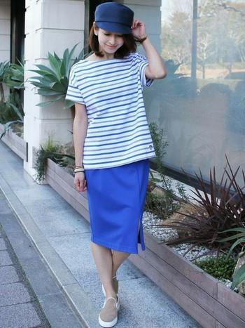 ビビットカラーのスカートに上品なベージュを合わせて大人カジュアル。