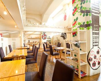 1階はリンゴをモチーフにしたテーブル席。奥に雑貨スペースもあります。