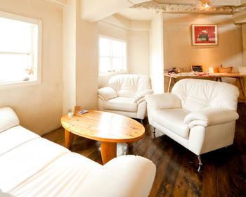 2階はソファースペース。ゆっくりくつろげます。一部ペットの入場可。