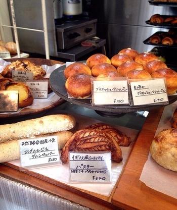 愛知県で1番おいしいパン屋さん!愛知県で1番小さなパン屋さん!!と、噂される『SURIPU』。他県からSURIPU目当てに足を運ぶ人もいるほど、大人気のパン屋さんです。こじんまりした店内には沢山の種類のパンがびっしり。基本的には並ぶと思って行くのがおススメです。