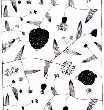 1970年。世界一周旅行の際に以前から心の中にあった「マリメッコ社を見てみたい!」という想いを実現すべく、ヘルシンキに立ち寄った石本さん。そこでマリメッコの創立者アルミ・ラティアさんに面会することができ、マリメッコの姉妹会社に就職。そのデザインの美しさにもさることながら、石本さんの行動力にも驚かされます。
