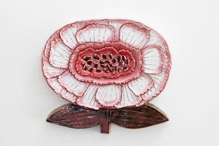 1989年からはアラビアで陶芸作品の制作も開始。2006年にマリメッコを定年退職した後も、アラビアにアトリエを構え、今日も作品を制作しています。