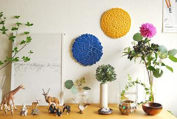 アラビアから発売された石本さんデザインによるお花のウォールプレート。生花と共存しても違和感なし。