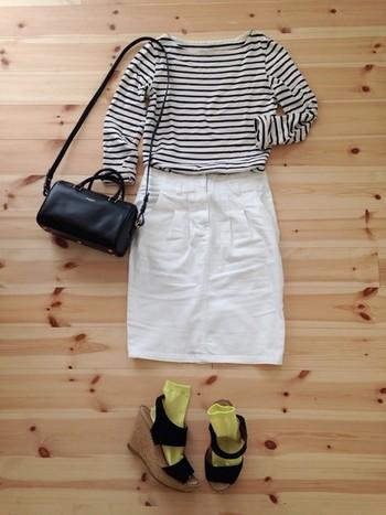 黄色のソックスが夏らしく素敵なコーディネイト。シンプルな服でも、こんなに印象が変わるんですね!