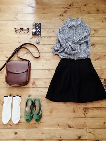 ベーシックなアイテムの着こなしも、白いソックスで今年らしく。グリーンのサンダルが素敵な色ですね。