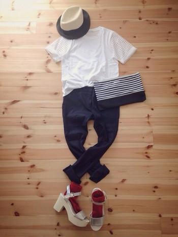 真っ白なTシャツにジーンズというシンプルなコーディネイト。赤のソックス×シルバーのサンダルがアクセントになっていますね。