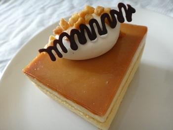 シンプルなスクエア型のチーズケーキ。添えられたチョコレートなどの食べれる飾りが可愛さをUP!
