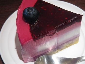 ベリーを合わせた、レアチーズケーキかな!?色味のとってもきれい!
