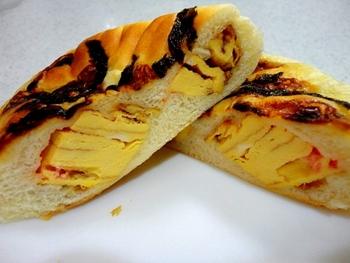 そして噂のだしまきたまごパンがこちら。 海苔を乗せて焼かれたパンの中身はなんとだしまきたまご! 本当に美味しいの!?って不安に思っちゃうけど、これ、とっても大人気なんです!